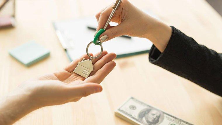 agent handing keys to new buyer